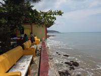 Tersedia juga tempat duduk dari beton yang menghadap ke laut