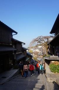 Kedua jalan ini merupakan salah satu tujuan utama wisatawan karena keindahannya