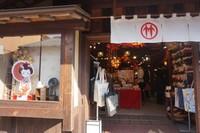 Berbagai restoran, cafe, toko souvenir dengan nuansa tradisional membuat betah berlama-lama