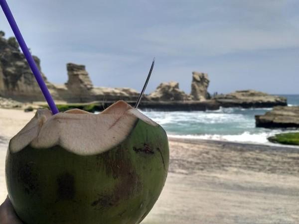 Lelah berkeliling sila rehat sejenak ditemani segarnya kelapa muda.