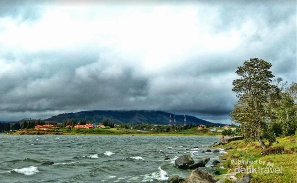 Pemandangan Danau Diatas dan Dibawah yang mirip dengan Swiss.