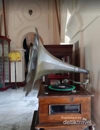 komet - gramophone besar dan konon cuma ada 2 didunia