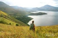 Keindahan danau Toba dinikmati dari bukit Holbung.