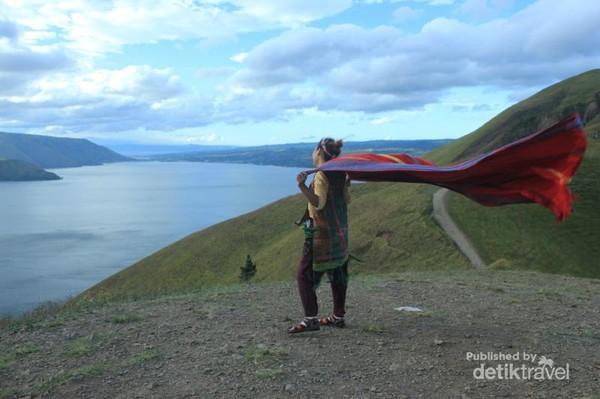 Saking kencangnya angin, kain untuk properti fotopun sampai berkibar dengan kuatnya.