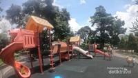 Arena bermain anak di kawasan alun-alun