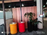 Tempat sampah yang besar dan bersih menjadi tradisi di berbagai wilayah publik termasuk di universitas