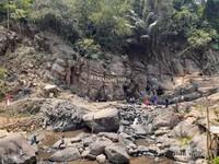 Curug Bengkelung dikelililing batuan lempung yang mengalami proses geologis dalam waktu lama. (Dokumentasi pribadi)
