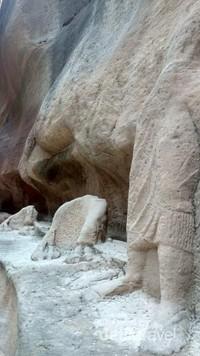 Udara di Petra sangat sejuk dan sejauh mata memandang, terdapat pahatan-pahatan batu yang terancang dengan arsitektur bernilai tinggi.