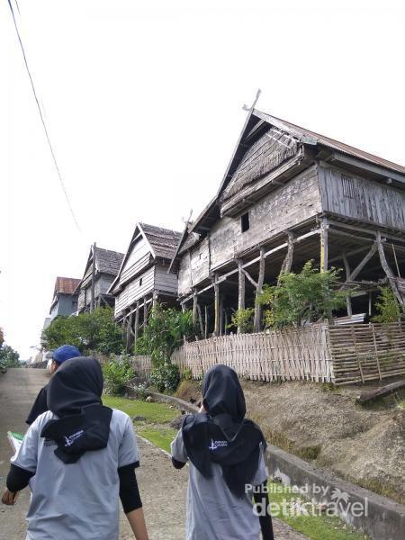 Kampung Tua Bitombang, merupakan kampung tertua yang ada di Kabupaten Kepulauan Selayar berdasarkan hasil observasi kami (Prodi Manajemen Kepariwisataan, kampus Politeknik Pariwisata Negeri Makassar) selama 4 hari di sana.