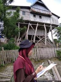 Jenis kayu yang digunakan sebagai tiang penyangga adalah jenis kayu bitti atau kayu holasa yang diambil dari pulau Karupa. Atap rumahnya terbuat dari teba (bambu).