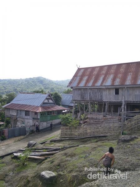Filosofi masyarakat Kampung Tua Bitombang membangun rumah dengan bagian dapur menggunakan tiang yang tinggi adalah agar makanan tidak dicuri pada zaman dahulu, dan kemudian hal tersebut tetap digunakan sampai sekarang.