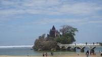 Pura Amarta Jati menjadi pesona utama di pantai ini