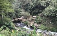 Jembatan bambu mendekati air terjun