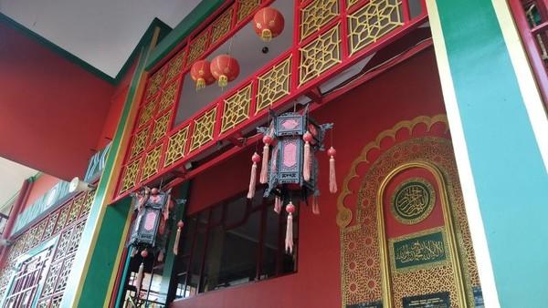 Salah satu ornamen kaligrafi di Masjid Cheng Hoo
