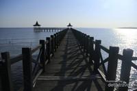 Dermaga yang panjang di Pantai Bentar