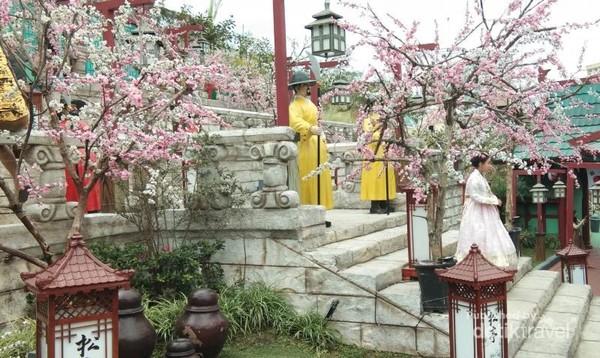 Spot Negara Korea Selatan paling favorit. Setting lokasinya membuat pengunjung merasa benar-benar berada di Korea Selatan.
