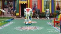 Jalanan di spot ini dihias lukisan khas India dan dipercantik patung gajah kecil.