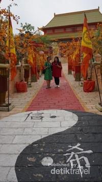 Pintu masuk ke spot Negara China dibuat seperti akan memasuki istana lengkap dengan patung penjaga.