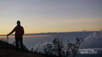 Untuk berfoto harus bergantian tapi jangan terlalu lama karena momen warna jingga matahari terbit akan segera hilang.