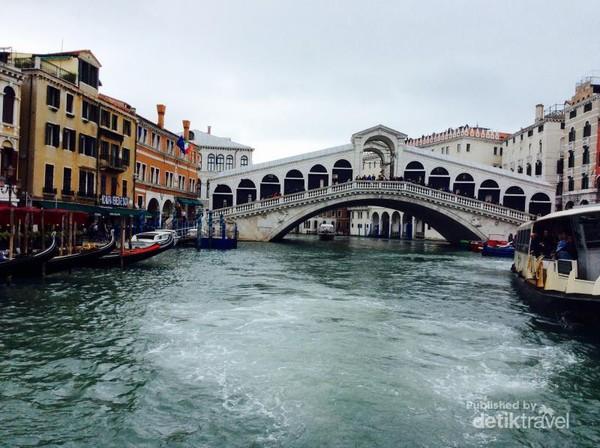 Jembatan Rialto merupakan jembatan yang paling banyak dikunjungi di Venesia