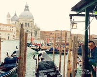 Berselfie dengan latar belakang gondola dan Basilica Di Santa Maria della Salute