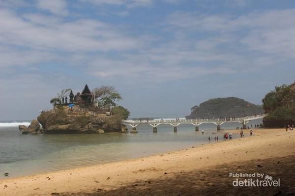 Pantai Balekambang adalah salah satu pantai yang paling populer di sini , ombaknya yang tidak terlalu besar , membuat pengunjung bisa bebas bermain dan menikmati airnya.