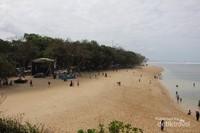 Pemandangan pantai dari pura