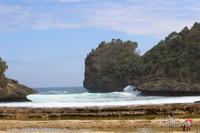 Pantai Batu Bengkung merupakan salah satu pantai yang tak kalah menarik . Disini terdapat bukit yang bisa didaki dengan pemandangan laut lepas yang indah.