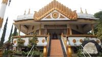 Bangunan utama dengan dominasi warna putih dan emas menyambut pengunjung dan saat akan memasuki bangunan , pengunjung di haruskan melepas alas kaki .