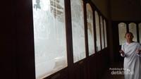 Bagian kaca pada bangunan , memiliki gambar yang menceritakan kisah sang Budha.