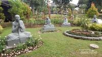Patung-patung yang terdapat di halaman vihara.