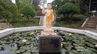 Patung sang Budha juga terdapat di bagian halaman di tengah kolam.