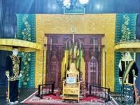 Replika singgasana kerajaan Kutaringin yang didominasi warna kuning.