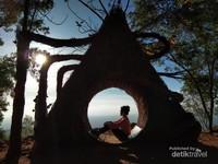 Instalasi Seni Cetta Abhipraya, melambangkan senantiasa berbagi ilmu pengetahuan kepada sesama umat manusia