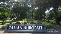 Taman Suropati merupakan pusat kawasan Menteng. Berada di pertemuan Jalan Imam Bonjol, Diponegoro dan Teuku Umar.