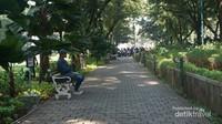 Taman ini terjaga kebersihannya. Beberapa terlihat bersantai menikmati suasana Jakarta yang berbeda.