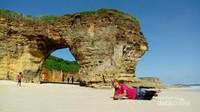 Pantai Mbawana. Pantai yang terkenal dengan tebing yang berlubang di tengah ya ini sangat wajib dikunjungi ketika berkunjung ke Sumba.