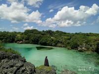 Danau Weekuri. Memilih warna air yang hijau toska dan langit yang selalu dipenuhi awan membuat Danau Weekuri menjadi sangat istimewa.