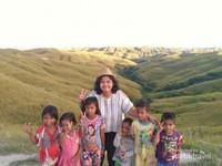Bukit Wairinding. Bermain bersama anak-anak setempat dengan view hamparan hijau bisa pengunjung lakukan di sini.