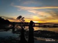 Pantai Walakiri. Pantai yang terkenal akan sunset cantiknya ini selalu dipenuhi dengan orang-orang bahkan hingga malam menjelang.