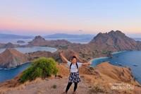 Pulau Padar. Terkenal akan view tiga pulaunya, pulau Padar adalah destinasi wajib ketika Live On Board ke Labuan Bajo. Katanya baru sah ke Labuan Bajo jika sudah menginjakkan kaki di sini.