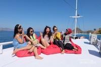 Selain itu bercanda ria dengan teman di atas kapal juga sudah sangat menyenangkan.