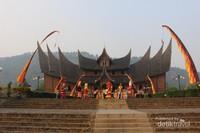 Istana Pagaruyung yang megah terletak di Kecamatan Tanjung Emas , kota Batusangkar, kabupaten Tanah Datar.