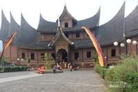 Istana Pagaruyung ini  merupakan replika Istana yang asli .