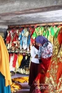 Petugas penyewaan dengan sigap akan membantu memakai dan melepas baju adat .