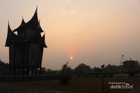 Menjelang sore , pemandangan di sekitar istana semakin indah.