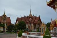 Menikmati Buddhist Temple di Wat Chalong Temple