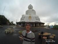 Melihat Patung Big Buddha di atas Gunung