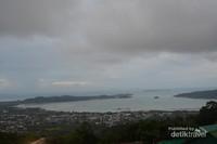 Melihat Pemandangan sekitar dari highest poin Phuket