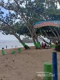 Bersih dan terawat menjadikan pantai ini destinasi favorit melepas penat.